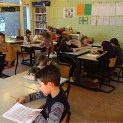 groep 6 leest het kerstverhaal aan groep 1/2 voor