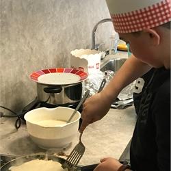 Groep 8 bakt pannenkoeken