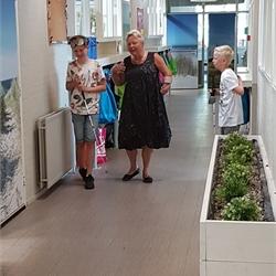 Foto's groep 8 bezoek gehandicapte platform