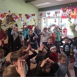 Groep 1/2 kijkt het Sinterklaasjournaal met groep 7