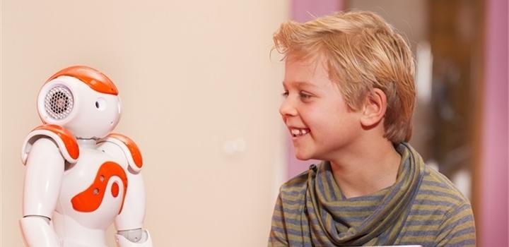 jongetje met robot bijgesneden.jpg